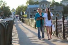 Una passeggiata all'aperto di due donne immagine stock