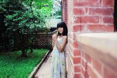 Una passeggiata asiatica della ragazza nel parco Fotografia Stock