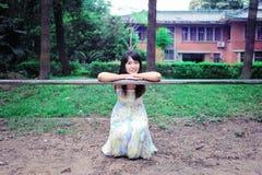 Una passeggiata asiatica della ragazza nel parco Immagine Stock
