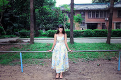 Una passeggiata asiatica della ragazza nel parco Fotografie Stock
