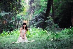 Una passeggiata asiatica della ragazza nel parco Fotografie Stock Libere da Diritti