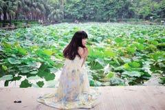 Una passeggiata asiatica della ragazza nel parco Immagini Stock Libere da Diritti
