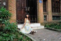 Una passeggiata asiatica della ragazza nel parco Fotografia Stock Libera da Diritti
