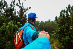 Una passeggiata avventurosa nella foresta nebbiosa fotografie stock