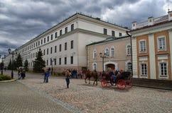 Una passeggiata con il Cremlino di Kazan in primavera immagine stock