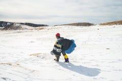 Una passeggiata degli uomini su neve Fotografie Stock