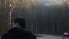 Una passeggiata dell'uomo da solo nel paesaggio nebbioso della foresta di bella mattina stock footage