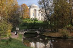 Una passeggiata nel parco di Pavlovsk all'autunno Fotografia Stock