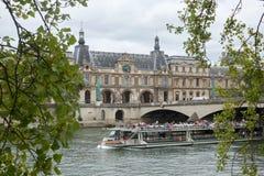 Una passeggiata su una barca di fiume lungo il palazzo di Tuileries lungo la Senna immagine stock libera da diritti