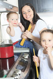 Una pasta del cuoco della famiglia dentro la cucina fotografia stock libera da diritti