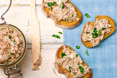 Una pasta dello sgombro sui pani tostati da pane fritto Fotografia Stock Libera da Diritti