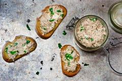 Una pasta dello sgombro sui pani tostati da pane fritto Immagine Stock