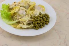 Una patata al forno con il pollo in salsa crema con i piselli - primo piano Immagini Stock Libere da Diritti