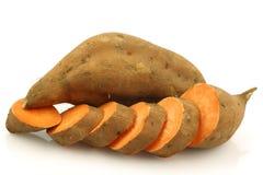 Una patata dulce entera y un corte una foto de archivo libre de regalías
