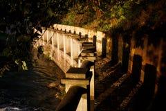 Una pavimentazione di pietra, un percorso dal fiume fotografia stock libera da diritti