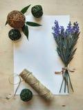 Una paz del papel con la fuente del flor y madera Imagen de archivo