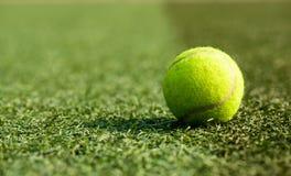 Una pelota de tenis imagen de archivo