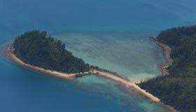 Una península verde en el océano foto de archivo