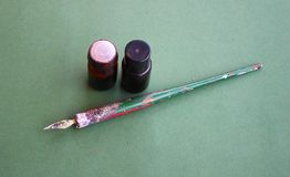 Una penna per il disegno ed i colori in bottiglie fotografia stock