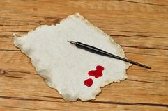 Una penna stilografica nera con vecchia carta e gocce di sangue Fotografia Stock Libera da Diritti