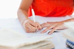 Una penna usando da un allievo per fare il suo lavoro Fotografia Stock Libera da Diritti