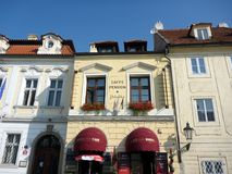 Una pensione con le tende rosse, Praga, repubblica Ceca del caffè Fotografia Stock Libera da Diritti