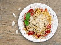 Una pentola dello spaguetti con i pomodori ed il basilico Immagini Stock
