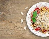 Una pentola dello spaguetti con i pomodori ed il basilico Immagine Stock