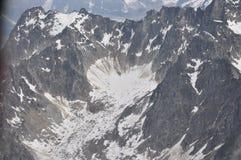 Una pequeña área de la nieve en medio de las montañas Fotos de archivo libres de regalías