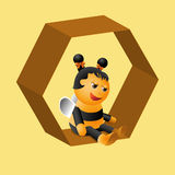 Una pequeña abeja agradable se sienta muy en las células Foto de archivo