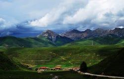 Una pequeña aldea debajo de la montaña en Tíbet Fotos de archivo