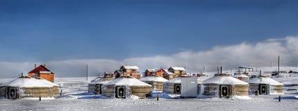 Una pequeña aldea en Mongolia con el yurt tradicional Fotos de archivo libres de regalías