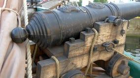 Una pequeña artesanía del cañón en el barco en el muelle GH4 4K almacen de video