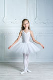 Una pequeña bailarina joven adorable en un humor juguetón en el inter fotografía de archivo