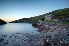 Una pequeña cabaña por el mar imagen de archivo libre de regalías