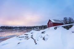 Una pequeña cabaña roja en el archipiélago de Stockholms fotos de archivo libres de regalías