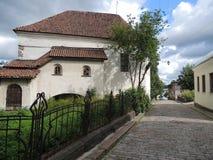 Una pequeña calle de la ciudad pavimentada Imágenes de archivo libres de regalías