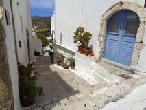 una pequeña calle del typicall en Grecia Fotos de archivo libres de regalías