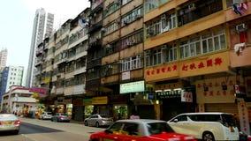 Una pequeña calle tranquila en la vieja área de Mong Kok de Hong Kong metrajes
