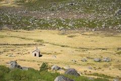 Una pequeña capilla en la montaña de Estrela, Portugal Foto de archivo