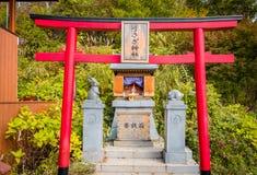 Una pequeña capilla en la tienda en montaña cerca del lago Kawaguchiko, Japón fotos de archivo