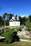 Una pequeña capilla rodeada por los árboles, arriba en las montañas fotografía de archivo