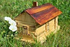 Una pequeña casa de madera hizo por mi hijo 8 años Los permisos adicionales no se requieren Foto de archivo libre de regalías