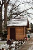 Una pequeña casa en el parque imagen de archivo libre de regalías
