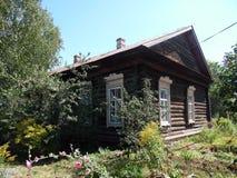 Una pequeña casa en el pueblo Foto de archivo libre de regalías