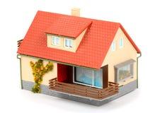 Una pequeña casa con el tejado rojo Imágenes de archivo libres de regalías