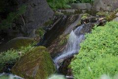 Una pequeña cascada foto de archivo
