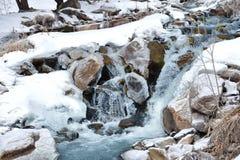 Una pequeña cascada del río de la montaña en el tiempo del invierno Foto de archivo