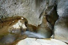 Una pequeña cascada en gargantas estrechas Imagen de archivo