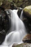 Una pequeña cascada en la roca Fotos de archivo